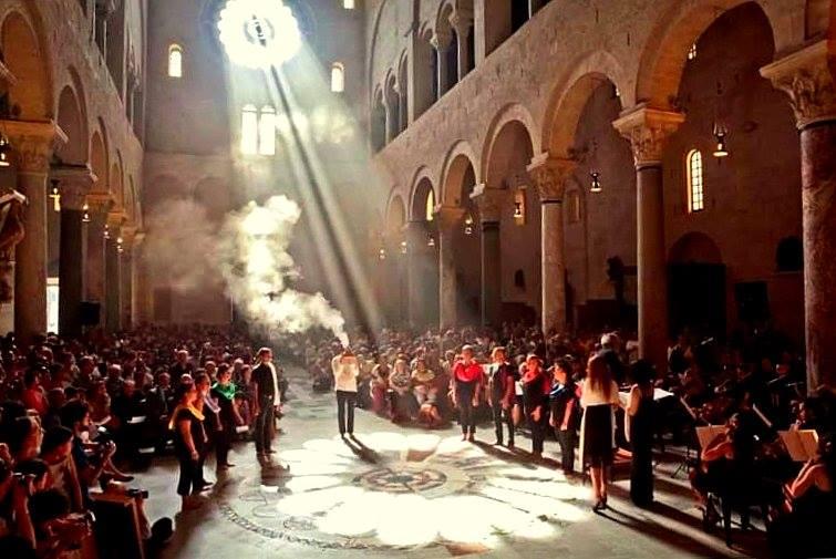 pettali di luce, płatki światła, bazylika św. Mikołaja, wydarzenia we Włoszech, festiwale we Włoszech, kalendarz wydarzeń we Włoszech, kalendarz włoskich eventów