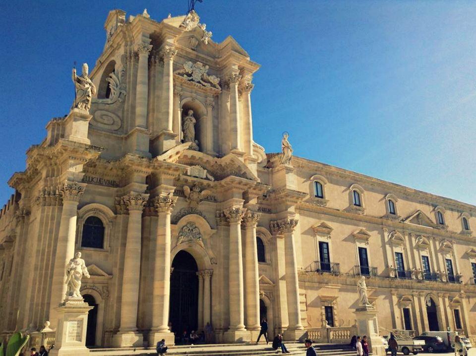 Sycylia co warto zobaczyć, Sycylia, co zobaczyć na Sycylii, Syrakuzy, Ortigia, co warto zobaczyć w Syrakuzach, katedra w Syrakuzach, Syrakuzy katedra