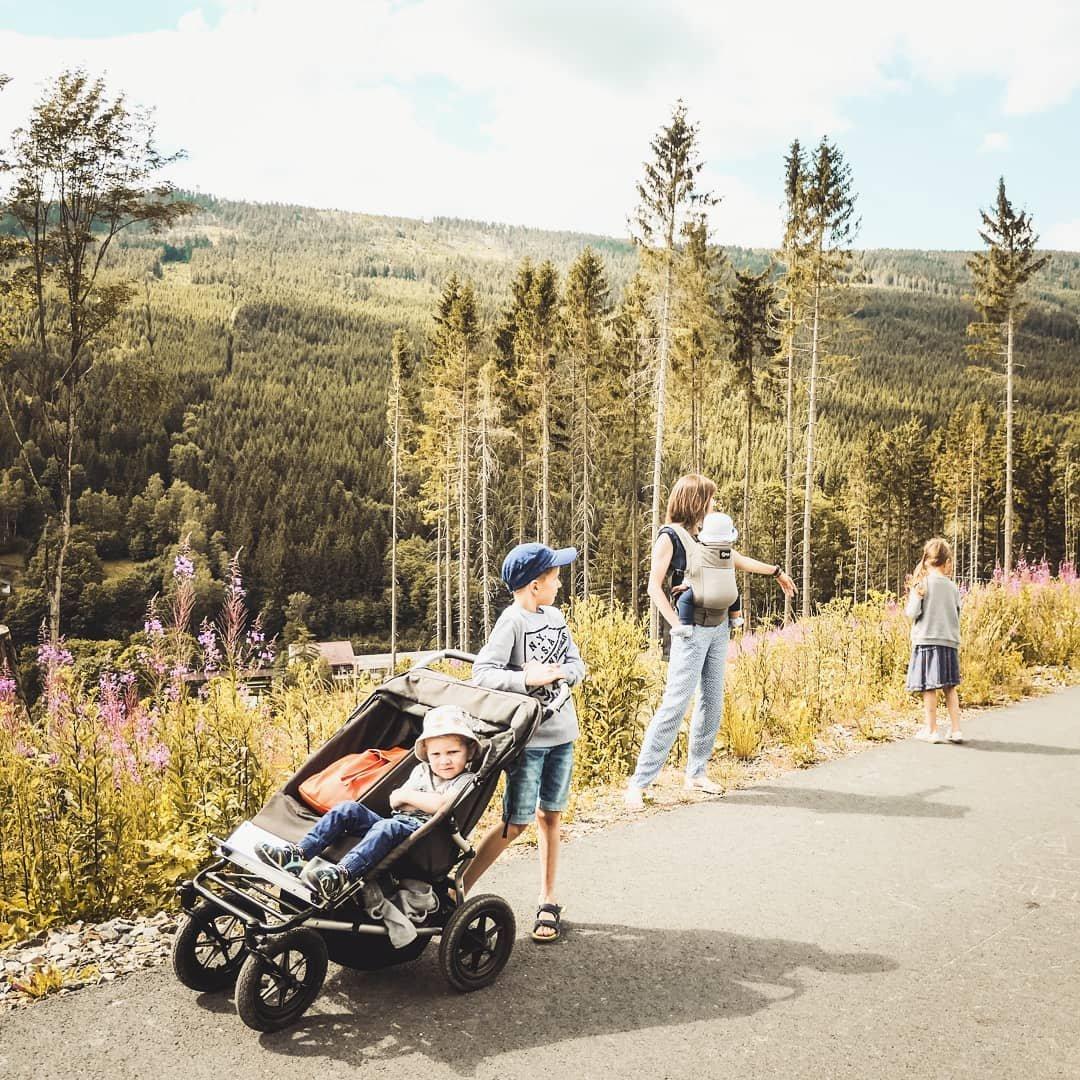 podróże z dziećmi, czwórka dzieci, mama czwórki, podwójny wózek, dziecko w podróży